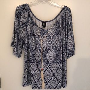 Flowy Bobeau top with adorable tassel accent, sz L